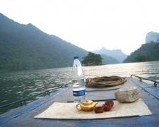 Thưởng trà trên hồ Ba Bể
